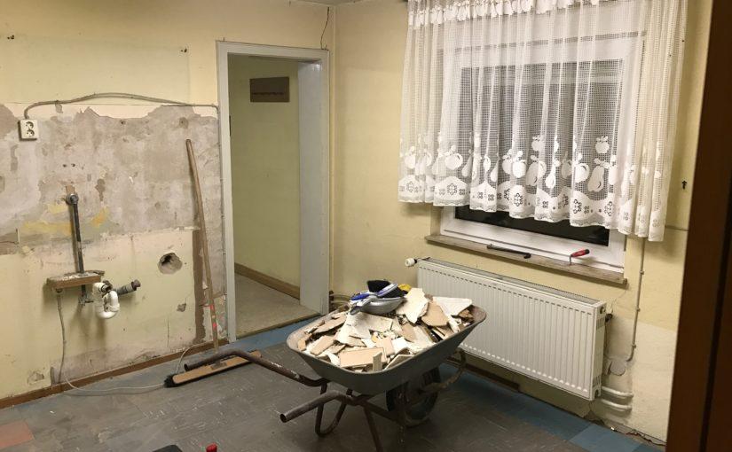 Messdiener tatkräftig bei der Küchenrenovierung im Pfarrsaal